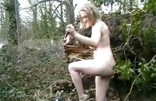 酔って茶色の髪の女性は、毛深い男のコックに裸の猫をこすります 女性 専用 セックス 無料 動画